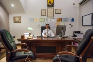 Εικόνα του Γεώργιου Δημογέροντα καθισμένου στο γραφείό του